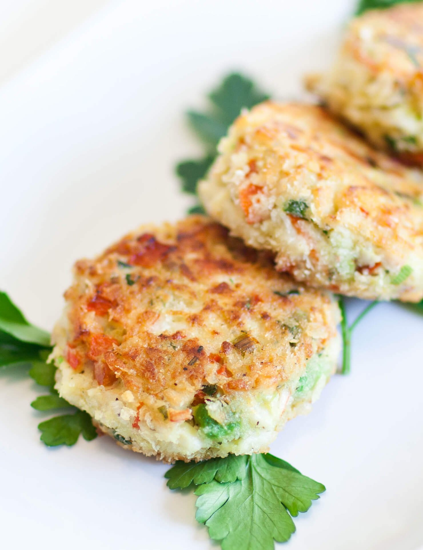 crab cakes with parsley leaves