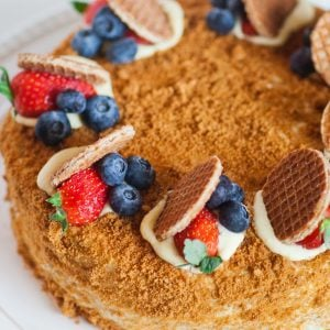 medovil honey cake with berries