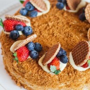 medovil honey cake with berries