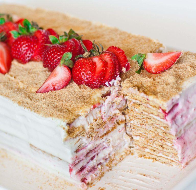 no-bake strawberry honey cake with sour cream frosting