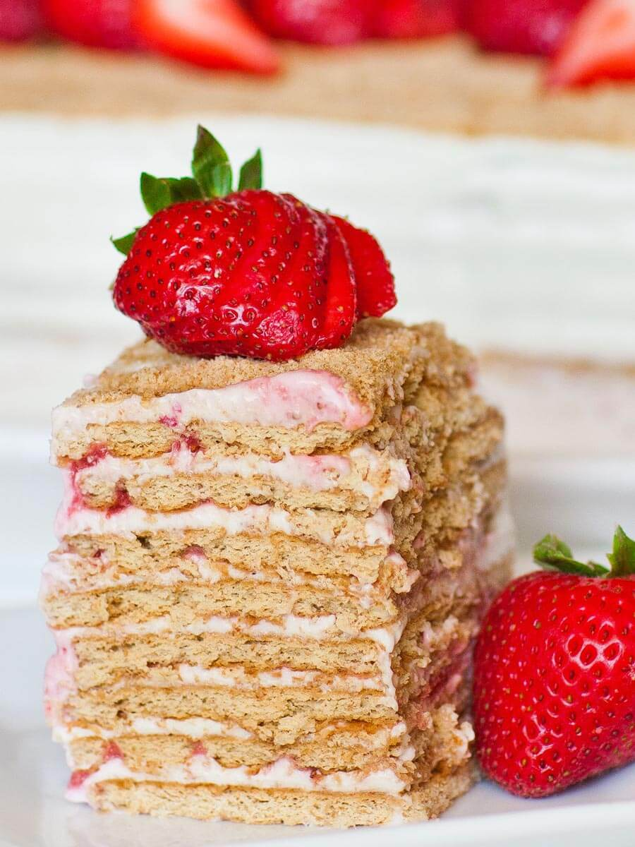 no-bake strawberry cake with graham crackers and sour cream