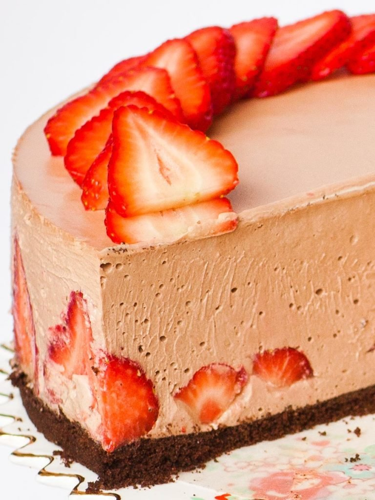 inside detail of no bake nutella strawberry cheesecake