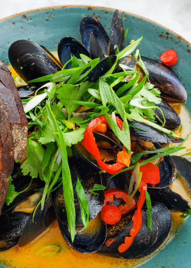 black mussels in chili curry sauce