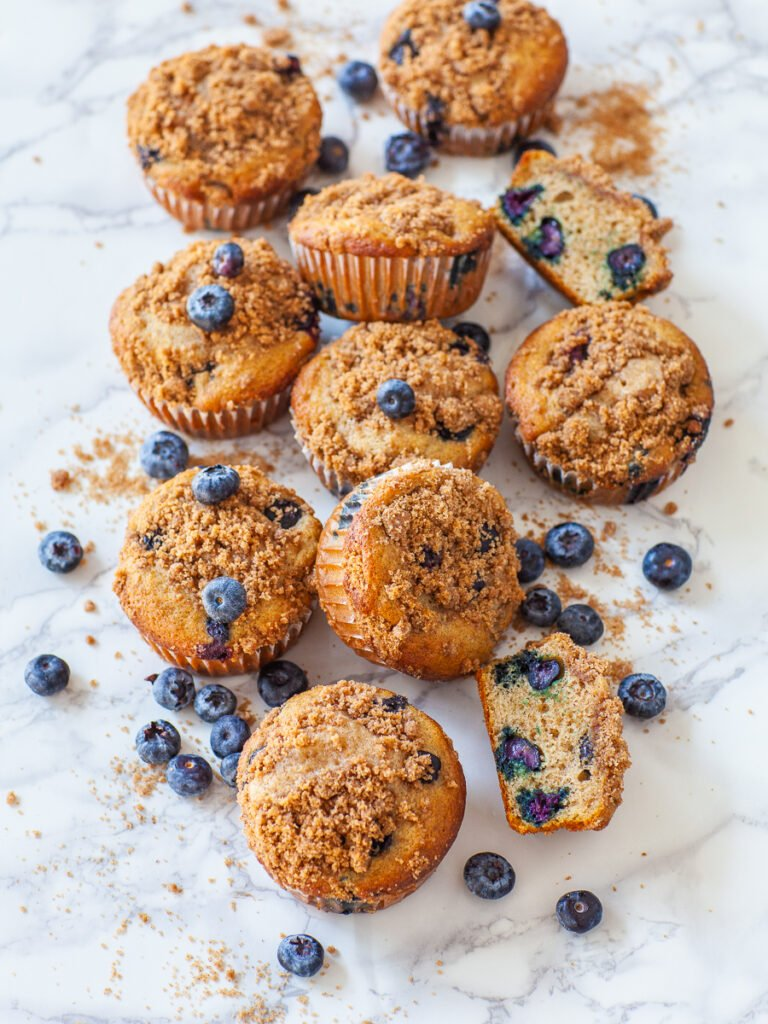 berry muffins with cinnamon crumble topping